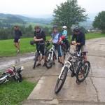 Grupa na wyjeżdzie integracyjnym podczas wycieczki rowerowej w Beskidach