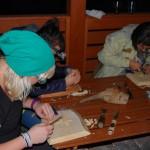 rzeźbienie w drewnie podczas obozu boot camp w Istebnej