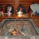 zajęcia z rzeźbiebia w drewnie podczas wyjazdu integracyjnego w Beskidach