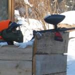 gra paintball w lesie zimą