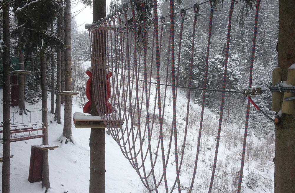 wspinaczka w parku linowym zimą