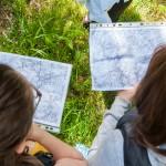 Nad mapą podczas marszu na orintację