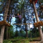 Zabawa w parku linowym w Beskidach - wycieczka szkolna