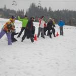 zabawy integracyjne na śniegu - przeciąganie liny